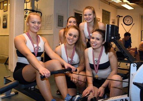 GULL PÅ STAFETT: Alle disse jentene fikk med seg en gullmedalje på stafett. Rikke Aslaksen Wåle, bak fra venstre; Maya Kristoffersen, Hannah Elisabeth Grude, foran Mathea Louise Rognerud, Amanda Hofbauer