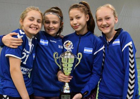FORNØYDE:  Kaja, Mia, Hanna og Mira var godt fornøyde med sølv i Petter Wessel Cup.