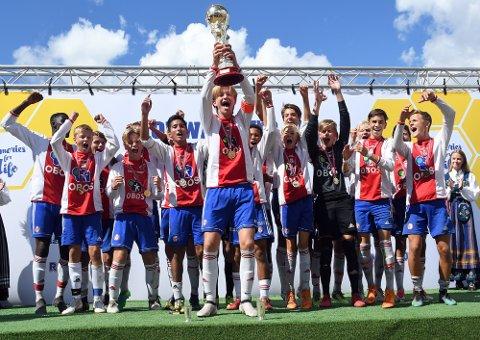 GULLGUTTER: 15-åringene til KFUM/Oslo tok hjem pokalen i Norway Cup for andre gang på rad.