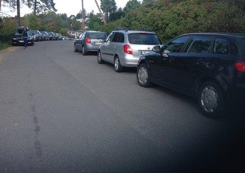 SOLVEIEN: Parkerte biler gjør trafikksituasjonen vanskelig for fotgjengere. Foto: Privat