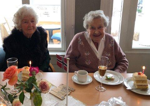 JUBILANTER: Åse Gulbrandsen (til venstre) og Elisabeth Fjeldstad feiret 100-årsdag på Villa Holtet.