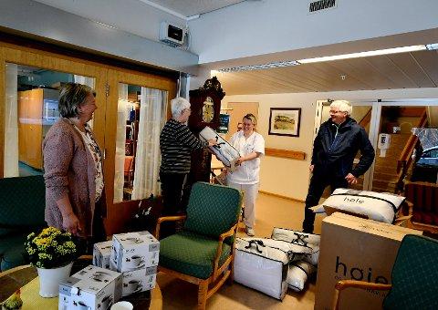 Elisabeth Moldal, Toril Eide, Anita Byrbotten og Arne Grindstuen under overleveringen av gaven.