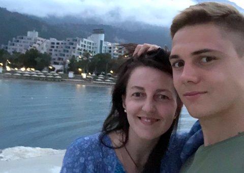 MAMMA VET BEST: Artem Sokol er fostret opp i systemet til storklubben Spartak Moskva, før han gikk til Arsenal Tula. Da muligheten for et utlån til TIL dukket opp, visste ikke 21-åringen først hva han skulle tenke. Så ga mamma Irina, her med Artem på ferie i Tyrkia, råd om å ta sjansen og satse på Tromsø. Det betydde mye for at han takket ja til TIL.