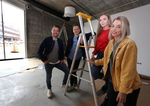 VENNER: De fire vennene André Bruvold (framme til venstre) og kjæresten Kamilla Nylund (framme), bak Vibeke Hansen og Magne Hareide har gått sammen om Bærbar Invest AS. Bildet er tatt mens de jobbet med nye lokaler i  dennye havneterminalen.