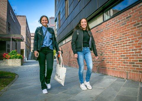 STUDERER RETTSVITENSKAP: Linda Marie Michalsen og Mille Lund stortrivdes ved rettsvitenskap da Nordlys møtte dem i fjor høst. I år er poengkravet på 59,5 for studiet, men 47,2 med nordnorsk kvote.