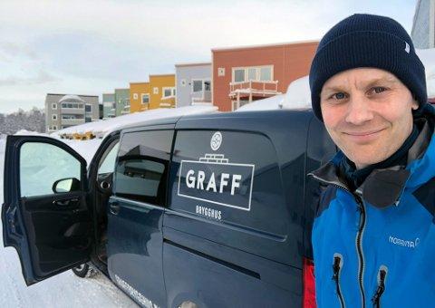 GOD KRISELØSNING: Martin Søbstad Amundsen og Graff Brygghus kjører titt og ofte rundt i Tromsø med varer til kundene sine. Det kompenserer ikke for andre tap tilknyttet koronaviruset, men har vært en formidabel suksess med salg for 250.000 kroner på drøyt to uker.