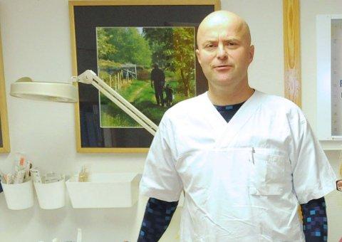 SMITTEVERNLEGE: Knut Selmer er smittevernlege på Svalbard. Denne uka fikk han 1.690 doser med koronavaksine.
