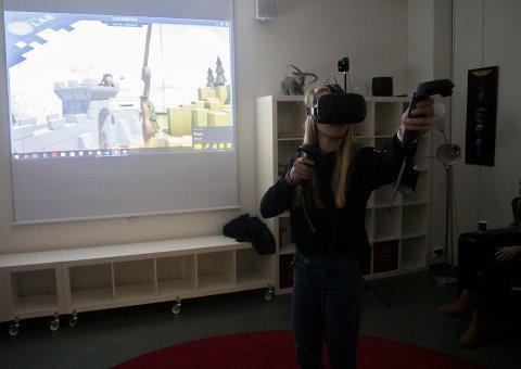 Tester ut VR: Anette Kirkeby (12) testet ut HTC Vive på spilldagen.