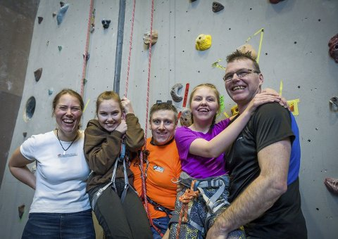 Humør på topp: Mor Inger Lise Sveen Rønstad, Katrine Sveen Rønstad (14), trener Kim Andre Dybdahl, Emma Sveen Rønstad (16) og far Bent-Are Rønstad. alle foto: MATS duan