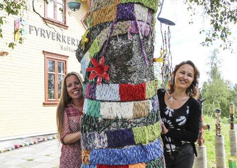 FESTUKE: Fyrverkeriet kulturskole på Raufoss er 20 år og rektor Nina Nedberg (t.h.) og inspektør Benedikte Narum Jenssen er i festmodus.