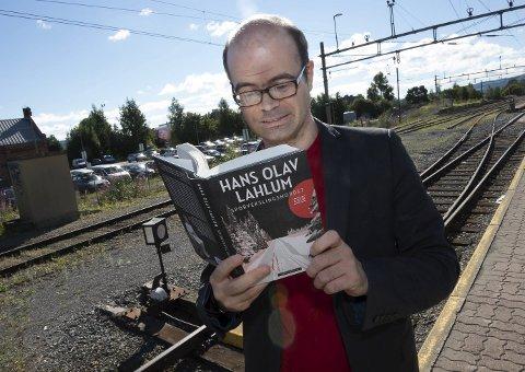 Ikke slike spor: Her er Hans Olav Lahlum ved en sporveksler på Gjøvik stasjon for å prate om boka «Sporvekslingsmordet», som handler om noe helt annet enn det vi tok bilde av. Altså ikke togspor, men skispor. Foto: Henning Gulbrandsen