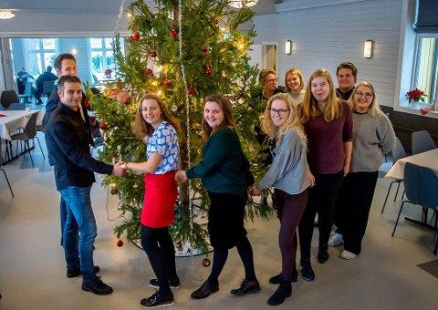 FRIVILLIG OG GRATIS: Ynglingen arrangerer åpen julefeiring for femti gjester. Her er fjorårets gode hjelpere.