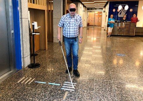 STREKER SOM VISER VEI: Ordfører Torvild Sveen klarte fint å finne veien ved hjelp av stokk og ledelinjer på rådhuset.