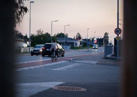 KORREKT: Denne kvinnelige syklisten i Nordbyveien gjør det på riktig måte: Bruker høyre sykkelfelt på vei opp fra Ski sentrum mot Esso.