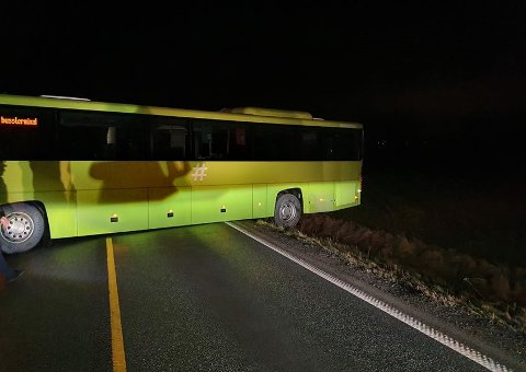 På tvers: En Drøbaksbuss på vei mot hovedstaden havnet på tvers ved Tomter gård fredag morgen. . Foto: Jan Andersen