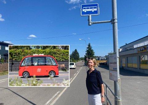 POSITIV: Hege Hedlo tar ikke så ofte buss, men gleder seg til å teste ute den selvkjørende bussen når det starter opp ruten i august.