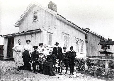 BRUNLANESGATE. I dette lille huset, Brunlanesgate 15, holdt familien Wisting til med sine mange barn tidlig på 1900-tallet. Og enda hadde eldstemann, Oscar, forlatt redet da bildet ble tatt. Snart skulle han bli en berømt polarfarer, Roald Amundsens nære følgesvenn på alle hans ekspedisjoner.