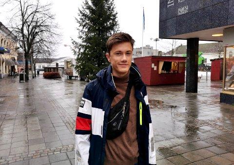 INKLUDERER: Kasper Aarud (16) fra Veldre skal tegnspråktolke Barnas tale 2020, som blir holdt før nyttårstalene til kongen og statsministeren. Med det oppdraget håper han å sørge for mer inkluderende kommunikasjon.