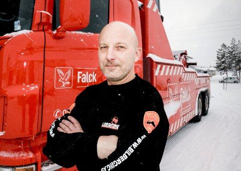 SAVNER RESPEKT: Daglig leder Petter Kristoffersen i Dal Auto Bilberging ble ikke overrasket da en bilberger ble påkjørt på E6 14. desember. - Det skjer snart igjen, advarer han.