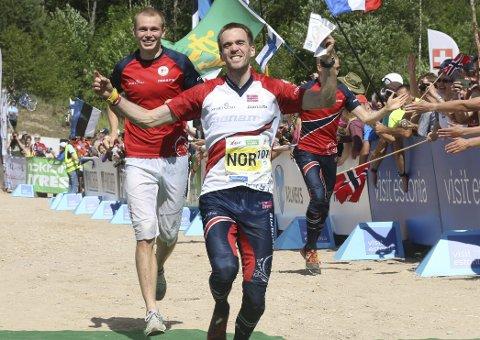 MESTRENE: Magne Dæhli løper sammen med lagkameratene Eskil Kinneberg (nærmest) og Olav Lundanes inn til gull. FOTO: ERIK BORG