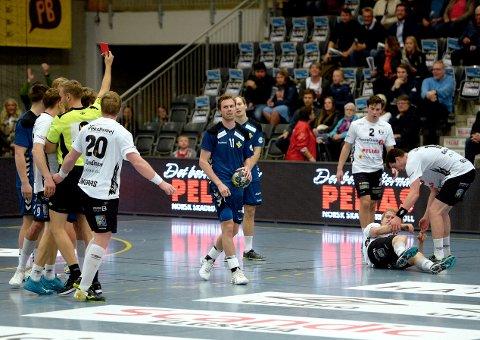 DRAMATISK: Emil Sundal mistet hodet fullstendig da han la Magnus Fredriksen i bakken fire sekunder før slutt i Terningen Arena. Det ga de svart-hvite sjansen til å berge ett poeng.