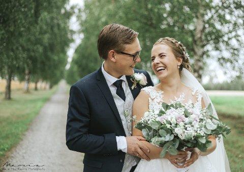 NYGIFTE: Jeanette og Henrik Holst-Larsen giftet seg i fjor sommer. - Vi har det veldig fint sammen, smiler de to. Foto: Maria Abu Khadra