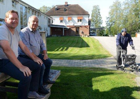 ENIGE: Frank Bjørneseth (Ap) nærmest, gir sin formannskapsplass til Frps Per Roar Bredvold. Dermed fortsetter samarbeidet mellom de to partiene, om blant annet Sønsterud bofellesskap. Her er de på besøk ved bofellesskapet.