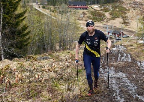 KLATREETAPPE: Kenneth Dæhlen fra Rena løp opp og ned Digeråsen på Rena 39 ganger i løpet av 20 timer og sju minutter. Da hadde han forsert 8.848 - tilsvarende verdens høyeste fjell, Mount Everest.
