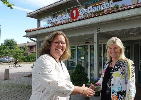 NY SJEF: Annica Sørlundsengen, til venstre, er ny banksjef for Solør-avdelingen til Sparebank1 Østlandet. Her ønskes hun velkommen i den posisjonen av en annen Våler-kvinne, regionbanksjef June Syversrud Vinje.