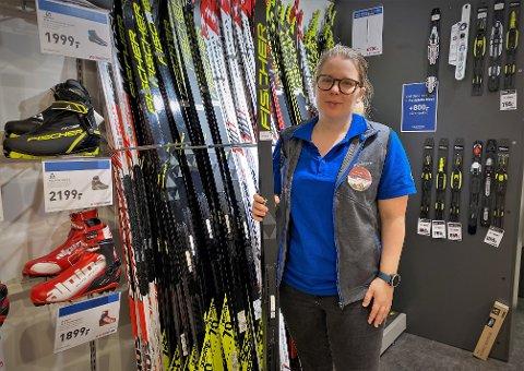 POPULÆRT: Butikksjef for Intersport Amfi Elverum, Maria Svanteson, sier skøyteskiene har fått en voldsom oppsving i år. – Det er spesielt juniorene som vil ha denne typen ski, melder svensken.