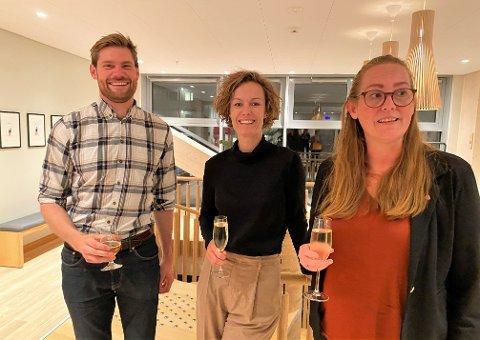 SKÅLER: Nils Kristen Sandtrøen, Anette Trettebergstuen og Lise Selnes skåler sammen over Ap-framgangen i Hedmark.