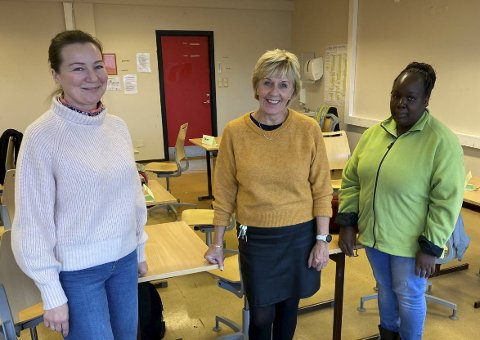 SPENNENDE: Stridsklev ungdomsskole tok imot seks jenter og seks gutter i alderen 13–17 år tirsdag. Lærer Olga Kvile (f.v.) rektor Turi Berntsen og lærer Laura Caroline Ogweno.