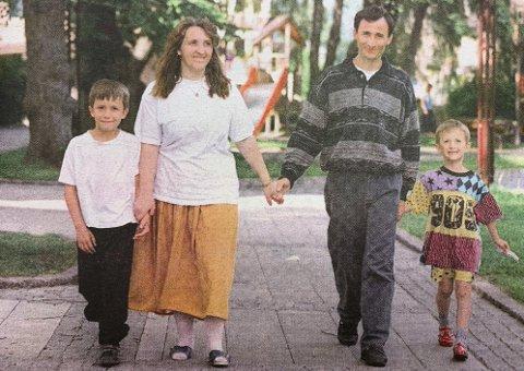 PÅ VEG: Usikkerhet til tross. Blend (9), mamma Nushe, pappa Xhjemal og Blendor (6) smiler bredere enn de har gjort på lenge.