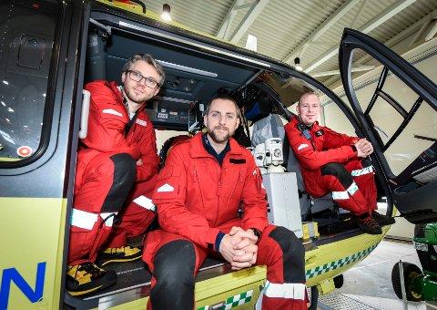 Crewet som til enhver tid er på vakt ved Luftambulansebasen i Brønnøysund, er klare til å rykke ut når på døgnet det måtte være. Her er f.v. anestesilege Magnus Salomonsen, redningsmann Tom Inge Moi-Vist og pilot Espen Iversen.