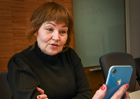 Anita Sollie, her i en mobilkonferanse med statsminister Erna Solberg, mener garantier må på bordet i flyplassaken. Hun ser derfor frem til tirsdagens møte mellom partene.