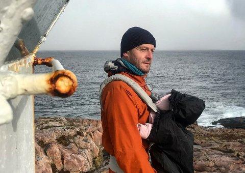 Odd Steinar Åfar Viseth og Ingeborg Steinholt har flyttet til Myken sammen med datteren Eva. - Det ble litt som jeg håpa på, sier den nybakte pappaen.