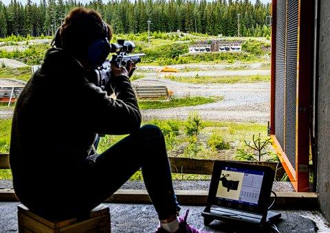 Bøverlund jaktskytebane: Karen Bjørklund sikyer seg inn på reinfiguren på 100 meter. Skyteprøven er avlagt, men det er fint med litt vedlikeholds-skyting for å holde skyteferdigheten intakt.