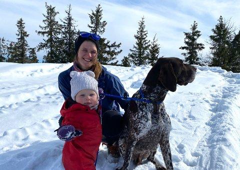 DE TRE MUSKETERER: Monika Hallan, datteren Ida og vorsterhunden Lats er faste turkamerater.