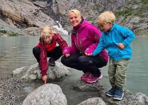 BEST UTE: Marthe Bergli tar gjerne med seg ungene på tur ut, sommer som vinter.