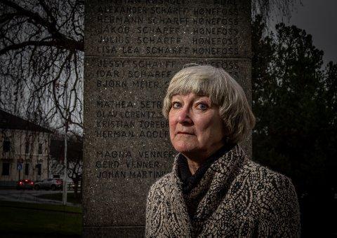 AKTUELL IGJEN: Anne Gro Christensen har skrevet bok om familien Scharff fra Hønefoss. Den nye filmen «Den største forbrytelsen» setter nytt lys på deres fryktelige skjebne. Her ved minnebautaen i Nordre park.