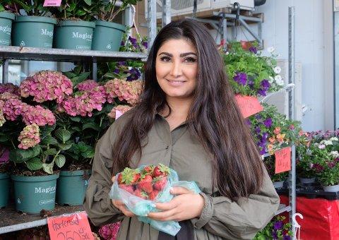 STORE OG SØTE: Hanar Mohammed har fått inn nok norske jordbær til hele helgen. Foto: Idun A. Tingleff