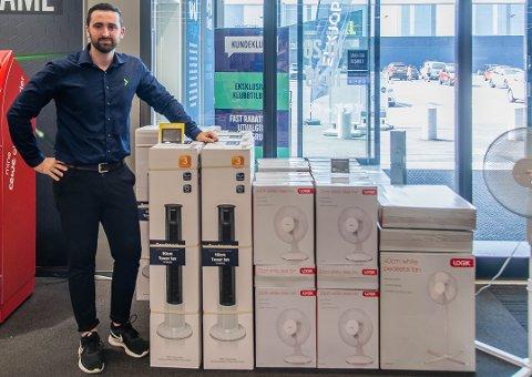 SIKRET: Selger Flamur Haziraj forteller at Elkjøp har gjennom hele sommeren hatt tilgang og fyller på støtt og tidlig opp med produkter.