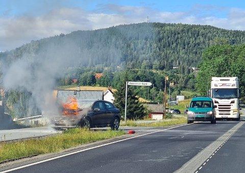 BILBRANN: Flammene sto opp fra panseret på bilen.
