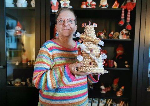 OVERRASKET: Bjørg Oster fikk RAs første kransekake i årets adventstid. Den fikk hun for trofast kaffekoking for strikkeklubben.