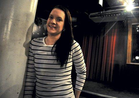 KLAR FOR klimt: Standupkomiker Susann Laache starter komiklubb på Klimt i Lillestrøm sentrum hver første torsdag i måneden.  – Lillestrøm har ingen standup-scener, og det tror jeg mange her i byen savner. Stand up er noe alle byer burde tilby, sier hun.FOTO: Øystein Tronsli Drabløs