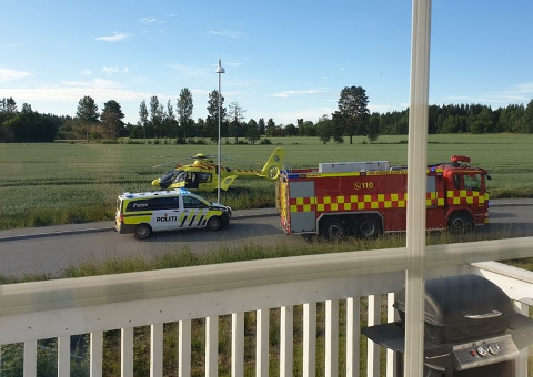 ALVORLIG: Naboene til ulykken der en 17-åring ble kritisk skadet skjønte fort at det var alvorlig da de så ut av vinduet søndag morgen.