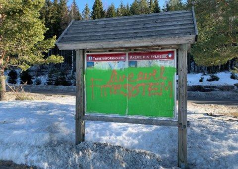 ET TRIST SYN: Informasjonstavla på Østerud  er noe av det første som møter tilreisende, etter at de har kommet inn i kommunen.