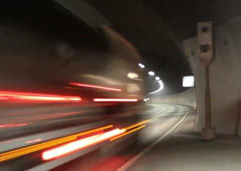 OPPGANG OG NEDGANG: I fjor mistet 16 bilister førerkortet i Oslofjordtunnelen, men samtidig ble det færre overtredelser sammenlignet med 2016.