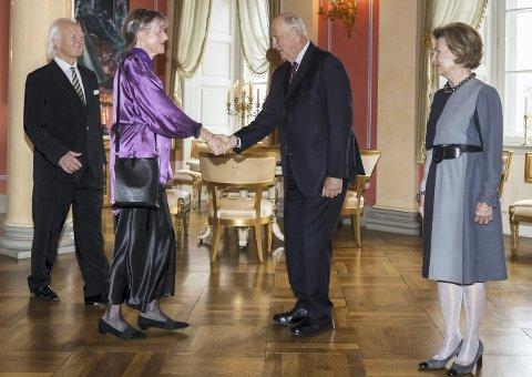 HOS KONGEN: Vivian Zahl Olsen fra Båtstø har mottatt Kongens fortjenstmedalje. Her hilser hun, ledsaget av sin mann Per Haugan, på kong Harald og Dronning Sonja under en mottakelse på Slottet 24. oktober.