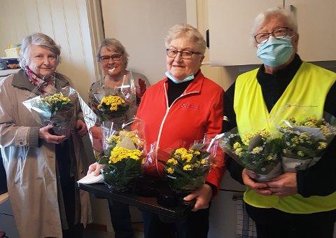 PÅSKEGLEDE: Marit Vik (fra venstre), Ruth Westlie, Grethe Skjærsvold og Edel Vinje var blant sanitetskvinnene som delte ut påskegleder til eldre medlemmer.